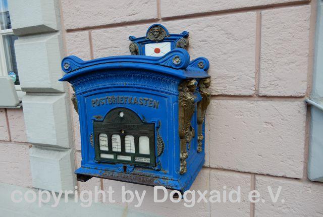 Historischer blauer Briefkasten